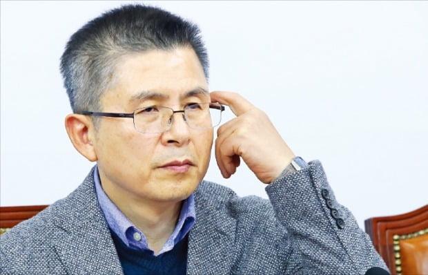 황교안 자유한국당 대표가 18일 국회에서 열린 최고위원회의 시작 전 어두운 표정으로 머리를 만지고 있다.  /연합뉴스