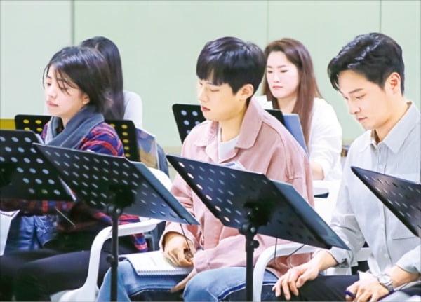 뮤지컬 '빅 피쉬' 공연을 앞두고 출연 배우들이 대본 연습을 하고 있다. CJ ENM 제공