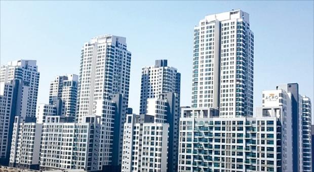 문재인 정부 들어 서울 집값이 급등하면서 사상 최고가를 기록하는 단지가 속출하고 있다. 지난 8월 아파트 중 처음으로 3.3㎡당 1억원을 돌파한 반포동 아크로리버파크.   한경DB