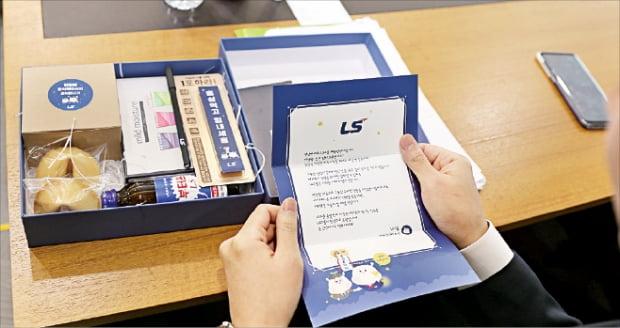 국내 주요 기업의 대졸 신입사원 하반기 채용 면접이 한창이다. 지난 18일 LS산전의 임원면접을 본 구직자가 쿠키 음료 감사편지 등이 담긴 선물세트를 보고 있다.   LS제공