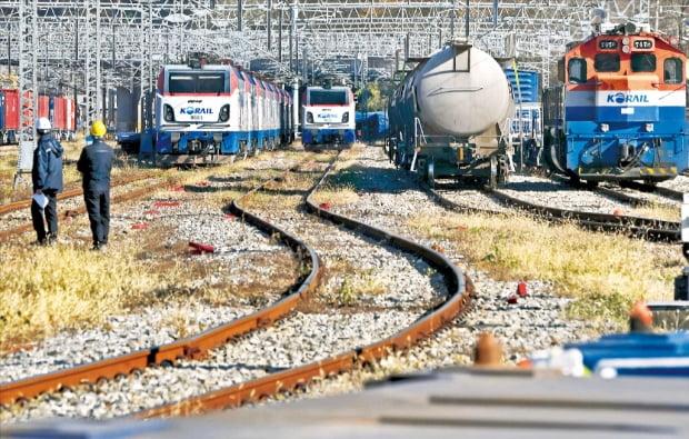 전국철도노동조합이 20일 오전 9시부터 무기한 총파업에 들어갔다. 총파업 첫날 KTX, 광역전철, 새마을호 등 여객열차와 화물열차 운행이 평소 대비 30~70%가량 줄어들었다. 이날 경기 의왕시 오봉역에 화물열차가 멈춰서 있다.  김범준 기자 bjk07@hankyung.com