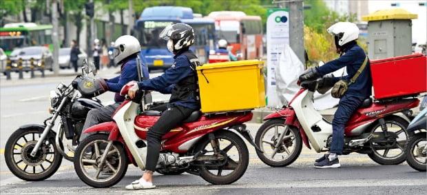 배달대행 앱(응용프로그램)을 기반으로 하는 배달기사 등 '긱 이코노미(Gig Economy)' 분야 노동자에 대해 '근로자'의 법적 지위를 인정하는 판결이 최근 잇따르면서 논란이 커지고 있다. 지난 23일 배달 오토바이 운전자들이 서울 이화여대 앞 사거리를 오가는 모습.  /김범준 기자  bjk07@hankyung.com