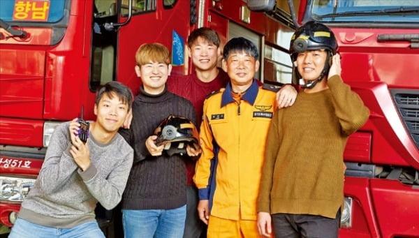 2018년 삼성 투모로우 솔루션 아이디어 부문 대상을 받은 메이데이팀이 직접 개발한 재난구조 현장용 핸즈프리 통신장비를 소개하고 있다. 삼성전자 제공