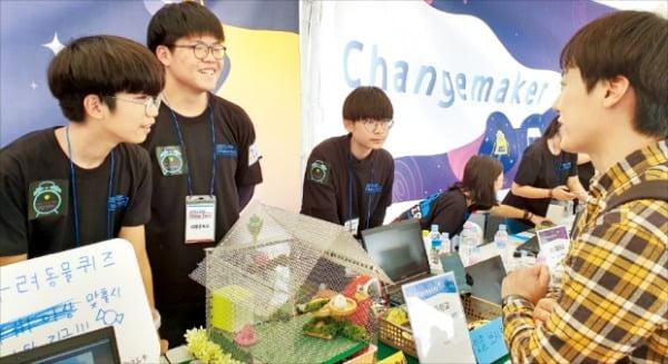 삼성물산 '주니어물산아카데미'에 참가한 학생들이 지난달 열린 '메이커 페어 서울 2019' 행사에 부스를 차렸다. 삼성물산  제공