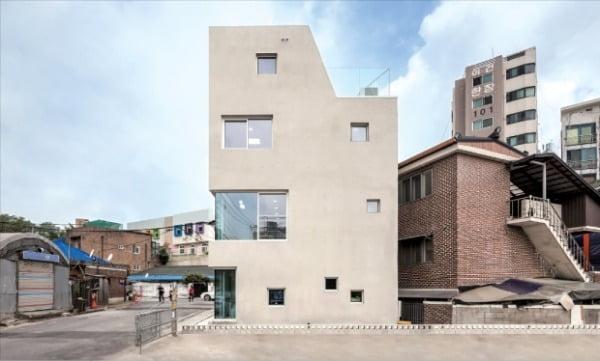 건축사사무소 H2L, 사선·큰 창문…도심의 낙후 건물 디자인 가치 확 높인 '슬릿하우스'