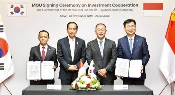 현대자동차는 26일 울산공장에서 조코 위도도 인도네시아 대통령(왼쪽 두 번째)과 정의선 현대차그룹 수석부회장(세 번째)이 참석한 가운데 인도네시아 공장 건설을 위한 투자협약을 맺었다. /현대차 제공