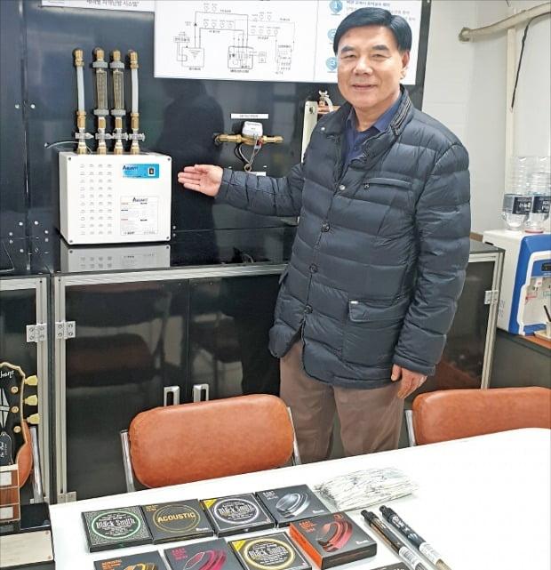 김학렬 DHP 대표가 시화산업단지 내 연구실에서 주력 제품인 기타 프렛와이어와 기타줄, 신사업인 통합난방시스템에 대해 설명하고 있다. 김낙훈 기자