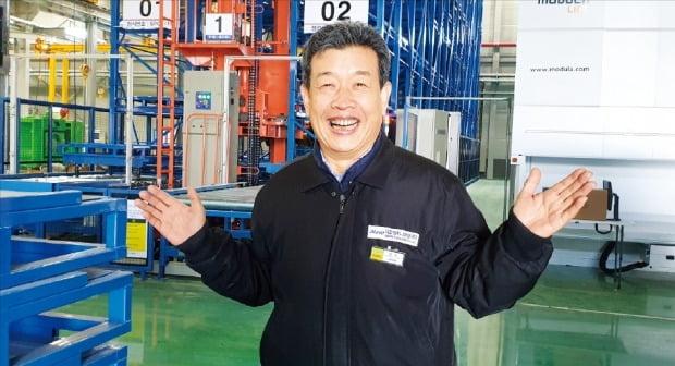 이원해 대모엔지니어링 회장이 경기 시화MTV 신공장에서 공장 운영 계획을 설명하고 있다. 김낙훈 기자