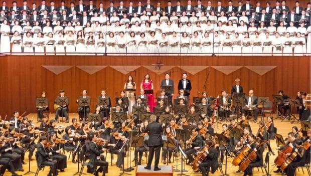 서울시립교향악단이 지난해 말 예술의전당 콘서트홀에서 베토벤 교향곡 '합창'을 연주하고 있다.