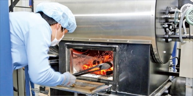 씨케이코퍼레이션즈가 운영하는 천안 두정동의 커피공장에서 한 로스터가 매일유업 '바리스타룰스'에 들어갈 원두를 참숯 직화 방식으로 로스팅하고 있다.   매일유업 제공
