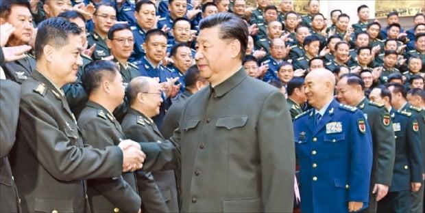 """시진핑 중국 국가주석(가운데)이 지난 27일 베이징 국립국방대학에서 열린 전국 국방대 총장 합동훈련에 참석해 격려하고 있다. 시 주석은 """"강군의 길은 사람에게 있다""""며 '강군 사상'을 강조했다.  신화연합뉴스"""