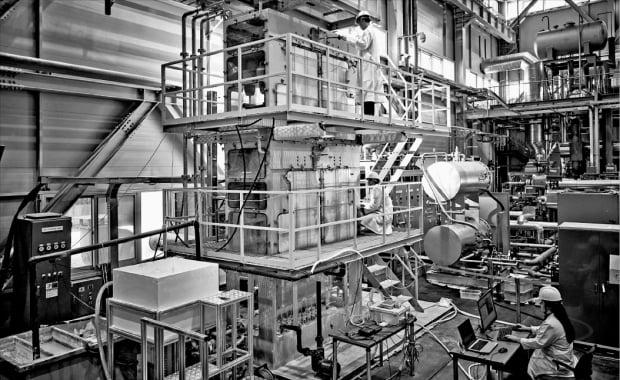 과학기술정보통신부 산하 한국기계연구원 연구진이 두산중공업과 함께 개발한 정전습분제거(EME) 장치 성능을 시험하고 있다.  한국기계연구원 제공