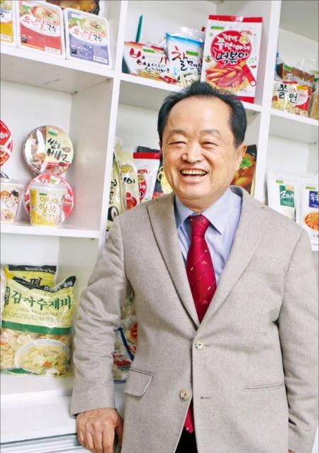 이능구 칠갑농산 회장이 경기 고양에 있는 회사 내 상품판매대 앞에서 환하게 웃고 있다. 칠갑농산  제공