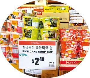 칠갑농산에서 수출한 제품들이 미국 내 한 슈퍼마켓에 진열돼 있다.  칠갑농산 제공