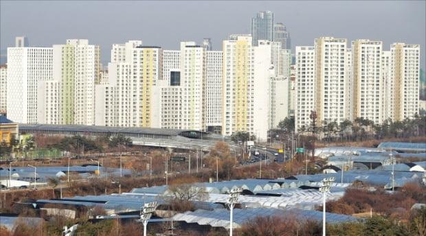 올해 경기 과천의 전셋값과 집값 누적 상승률이 전국 규제지역 가운데 1위를 기록했다. 과천동 아파트단지 모습.  한경DB