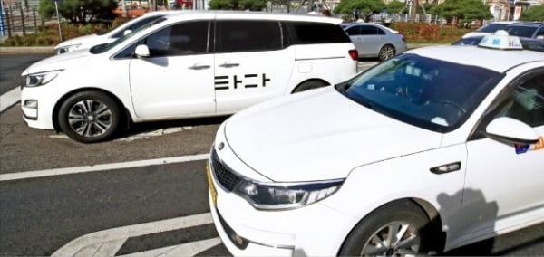 검찰은 차량호출 서비스 '타다' 운행이 불법이라며 관련 기업인 쏘카의 이재웅 대표와 자회사인 VCNC의 박재욱 대표를 지난달 28일 기소했다.  한경DB