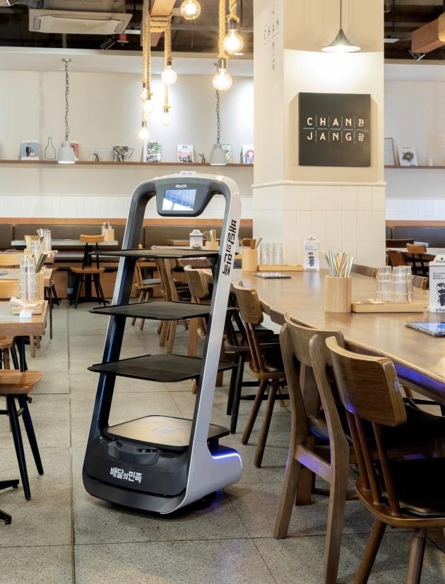 우아한형제들은 풀무원푸드앤컬처에 식당 전용 자율주행 서빙로봇 '딜리'를 공급한다. 우아한형제들 제공