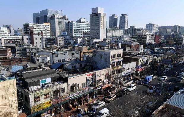 서울 중구 을지로 냉면집 을지면옥과  주변 세운3구역. 신경훈 기자 khshin@hankyung.com