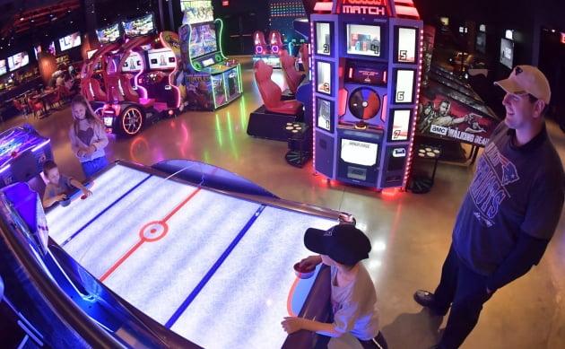 미국 모히건 선 리조트를 찾은 가족 관광객이 파라마운트 오락시설 '게임온'에서 즐거운 시간을 보내고 있다.인천공항공사 제공