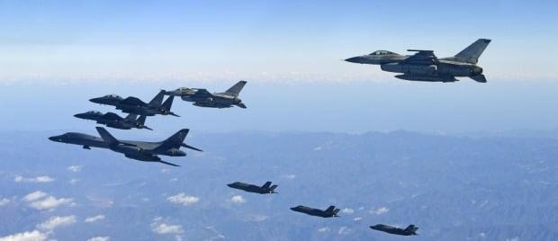 한반도 상공에서 비행 훈련을 하고 있는 한국과 미국 전투기들.연합뉴스