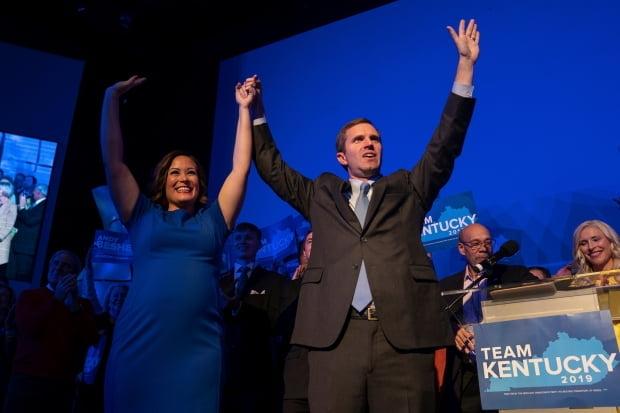 켄터키주 주지사 선거에서 승리를 선언한 민주당 앤디 베셔(오른쪽). /사진=AP연합뉴스