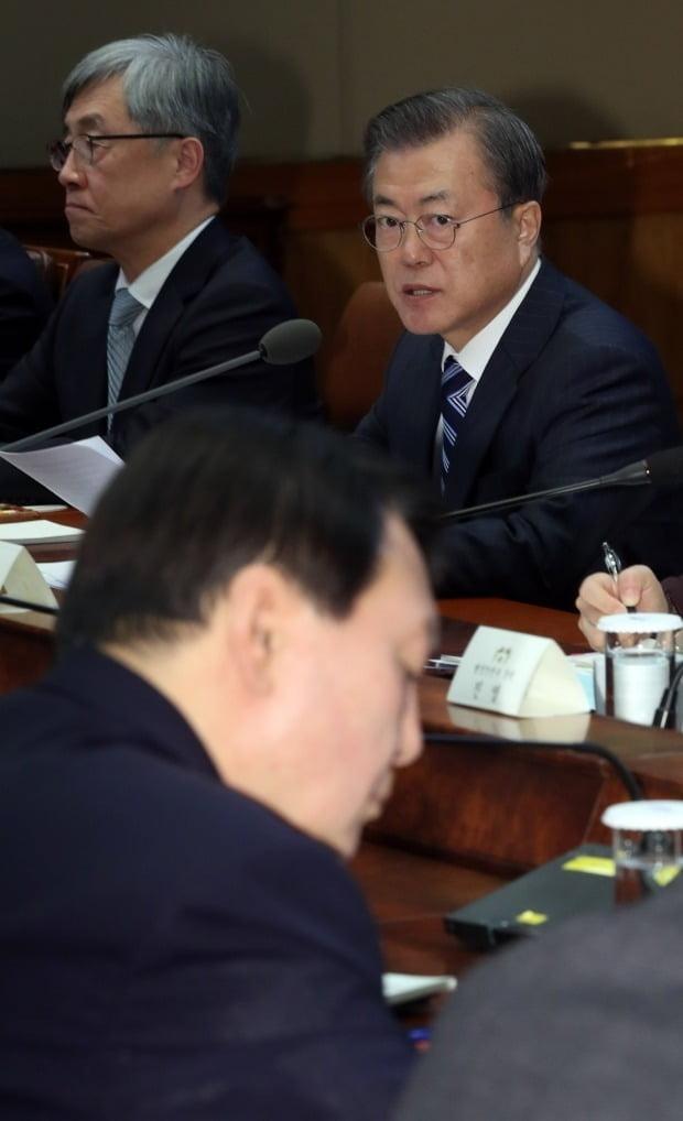 윤석열 검찰총장 바라보는 문재인 대통령(사진=연합뉴스)