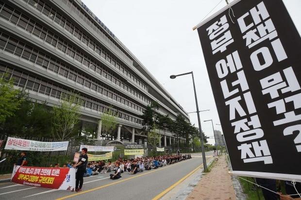 정부의 탈원전 정책으로 대량 실업 위기에 처한 두산중공업 근로자들은 지난 7월 정부세종청사 산업통상자원부 앞에서 일자리 대책을 요구하며 시위를 벌였다. 연합뉴스