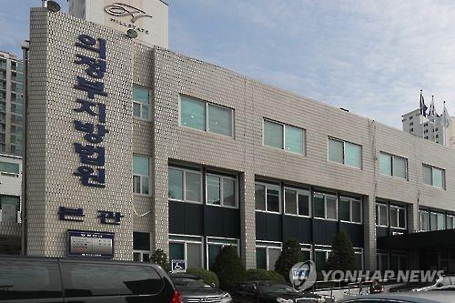 '교비 횡령' 신한대 전 총장 징역 2년…법정구속