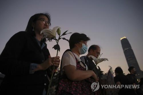 비통에 빠진 홍콩…시민들 운집해 '추락사 대학생' 추모