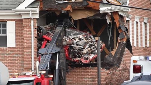 美동부서 달리던 포르쉐, 건물 2층으로 돌진…2명 사망