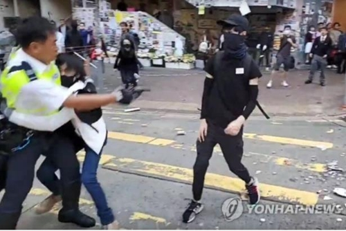 홍콩 시위자 경찰 쏜 실탄 맞아…'제2의 톈안먼 사태' 우려