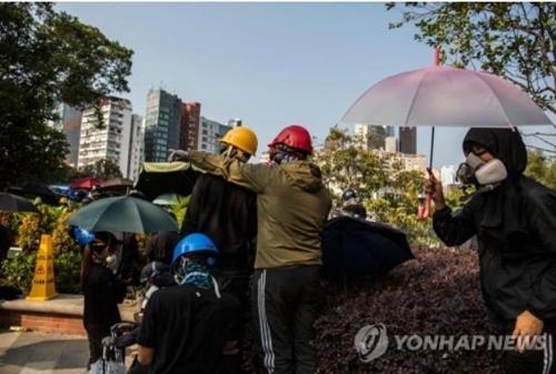 피로 얼룩진 홍콩…15세 소년·70대 노인 중태에 추락사까지(종합)