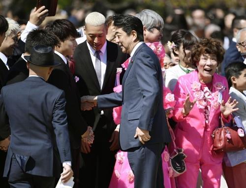 의혹 커지는 '日 아베 총리 벚꽃 모임'…야당 공세 강화