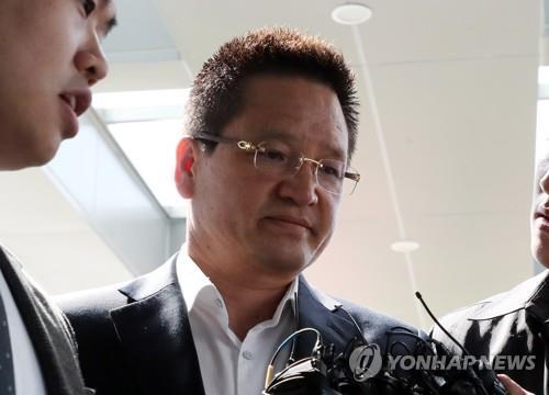 '별장 성접대 의혹' 윤중천, 1심서 징역 5년 6개월 선고
