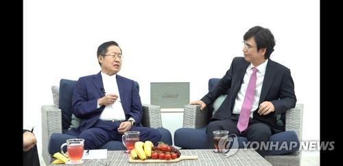 """홍준표 """"文정권서 경제 폭망""""…유시민 """"외교·남북관계 성과"""""""
