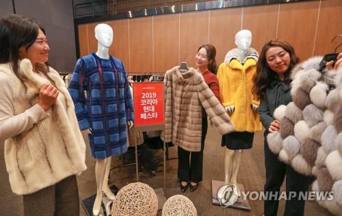 코앞으로 다가온 겨울…백화점, 주말 코트·부츠 등 할인판매