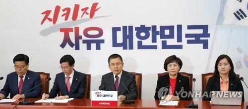 """한국당·바른미래, 靑 맹공…""""국민배신"""", """"조폭"""", """"거짓말쟁이"""""""