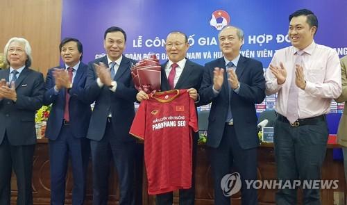 박항서 베트남 축구감독 '최고대우' 2+1년 재계약