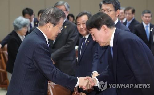 긴장한 채 잔뜩 허리 굽힌 尹…'조국 정국' 후 文대통령 첫 대면
