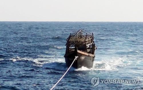 """정부, '엽기 살인현장' 北선박 공개…""""北에 인계 완료""""(종합)"""