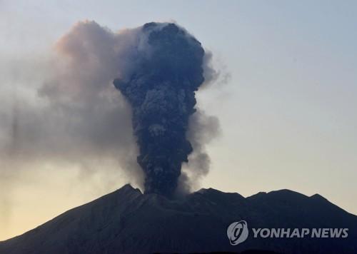 日규슈 사쿠라지마 분화…화산연기 5500m 치솟아