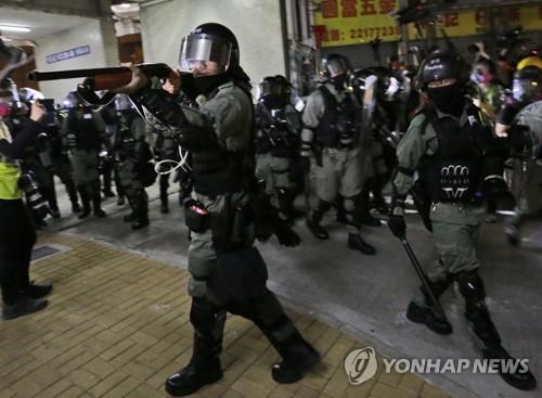 """홍콩 경찰, '대학생 추락사'에 """"샴페인 터뜨려 축하해야"""" 망언"""