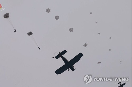"""김정은, 낙하산 침투훈련 지도…""""전쟁준비 능력 향상시켜야"""""""