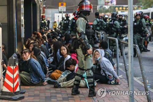 홍콩 경찰, 시위대 '최후 보루' 이공대 봉쇄…탈출시도 이어져