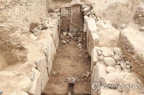 1.5m 돌로 무덤방 만든 비화가야 대형 고분 드러났다(종합)
