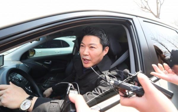 신동욱 공화당 총재가 2017년 4월 3일 박근혜 전 대통령에게 접견신청을 하기 위해 서울구치소에 들어서며 차 안에서 기자들의 질문에 답하고 있다. 사진=연합뉴스