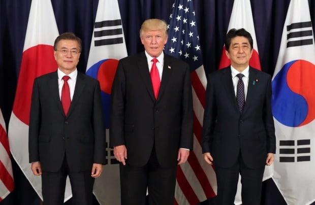 문재인 대통령(왼쪽)과 도널드 트럼프 미국 대통령, 아베 신조 일본 총리가 6일 오후(현지시간) G20 정상회의가 열리는 독일 함부르크 시내 미국총영사관에서 열린 한미일 정상만찬에서 기념촬영을 하고 있다 /사진=연합뉴스