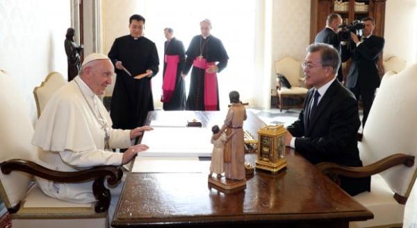교황청을 공식 방문한 문재인 대통령이 지난해 10월 18일 오후 (현지시간) 프란치스코 교황을 만나 얘기를 나누고 있다. 사진=연합뉴스