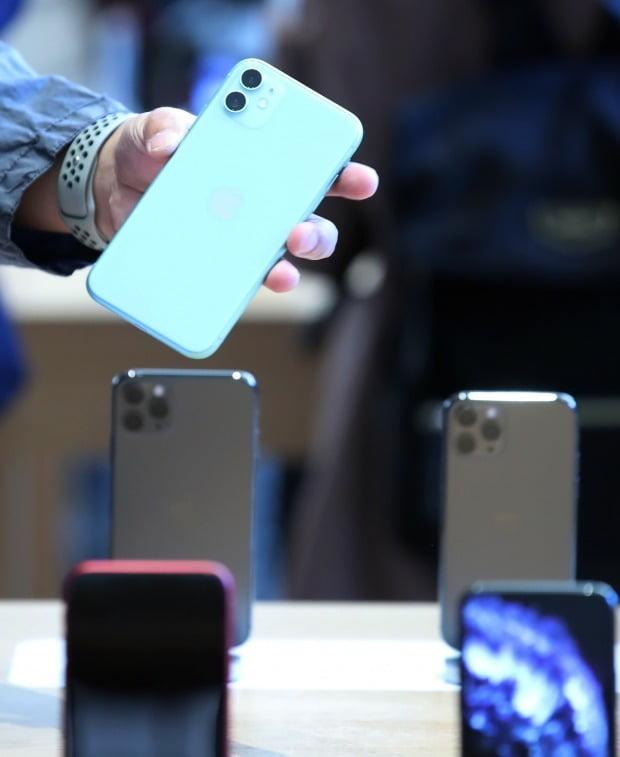 지난달 출시된 애플의 아이폰11 출고가는64GB 모델이 99만원,128GB 모델이 106만원, 256GB가 120만원이다./ 사진=연합뉴스