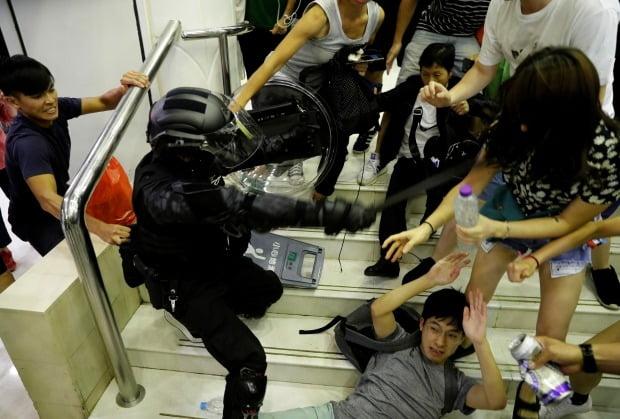 지난 3일 홍콩 타이포 지역의 한 쇼핑몰에서 민주화 확대를 요구하는 반정부 시위대가 경찰의 체포 시도에 저항하고 있다./사진=연합뉴스